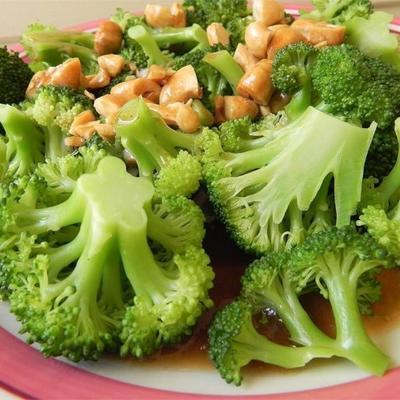 Broccoli mit Knoblauchbutter und Cashews