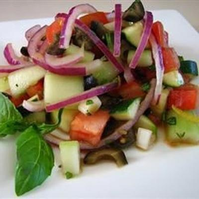 Gurkentomate-Salat mit Zucchini und schwarzen Oliven in Zitronen-Balsamico-Vinaigrette
