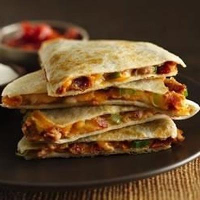käsige Quesadillas mit Speckbohnen