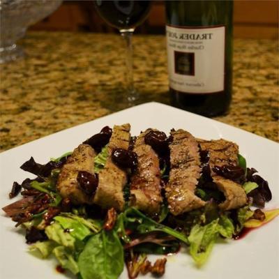 gegrilltes Pfefferkornsteak und karamellisierter Pekannussalat mit Cabernet-Kirsch-Vinaigrette