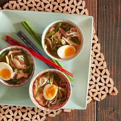 würzige Miso-Suppe mit gerösteten Shiitake-Pilzen und grünen Bohnen