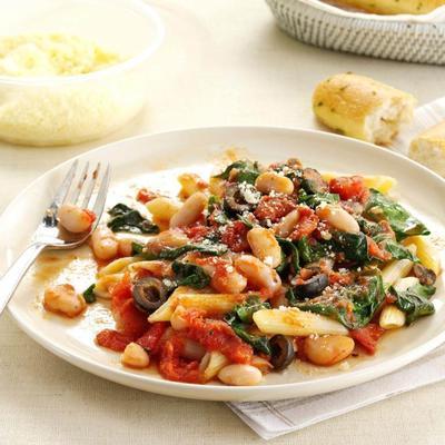 Griechische Pasta mit Tomaten, Knoblauch und weißen Bohnen