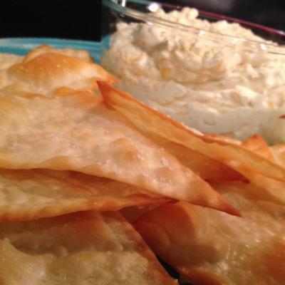 kaltes Bier Käse Dip mit Wonton-Chips