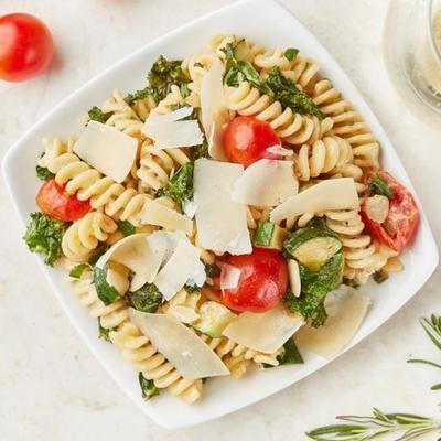 cremiger Sommernudelsalat mit belgioioso rasiertem Parmesan