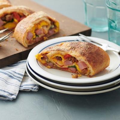Schinken-Wurst-Frühstücks-Stromboli mit gerösteten Paprikaschoten und Spinat