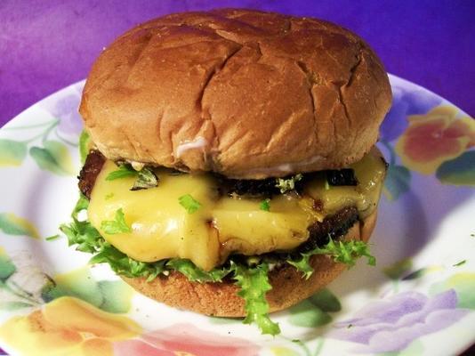 rauchiger Portabella-Burger mit sonnengetrockneten Tomaten und Basilikum