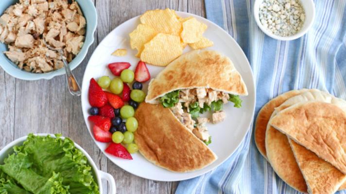 gegrillte Büffel-Hähnchen-Salat-Sandwiches oder Pitas