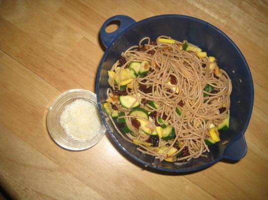 Spaghetti mit Zucchini, Walnüssen und Rosinen