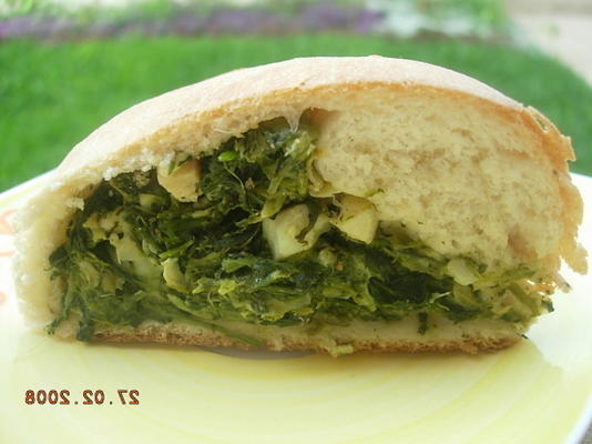 Spinat und Artischocken gefülltes gerolltes Brot