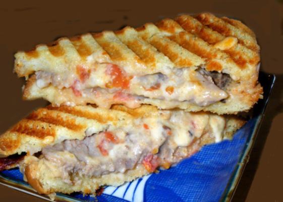 Roastbeef-Sandwich mit grünen Chilischoten und Käse