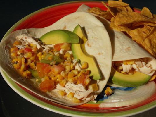 Hühnchen-Tacos mit Tomaten und gegrilltem Mais