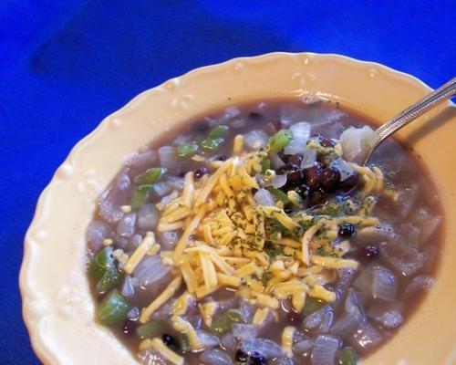 Zwiebelsuppe mit schwarzen Bohnen