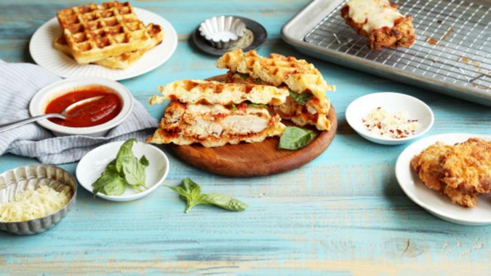Hähnchen-Parmesan-Waffel-Sandwich