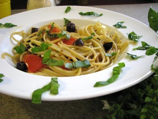 Spaghetti alla puttanesca (Spaghetti mit scharfer Soße)