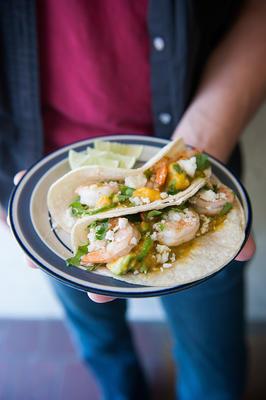 Gebratene Garnelen-Tacos mit Mango-Avocado-Salsa