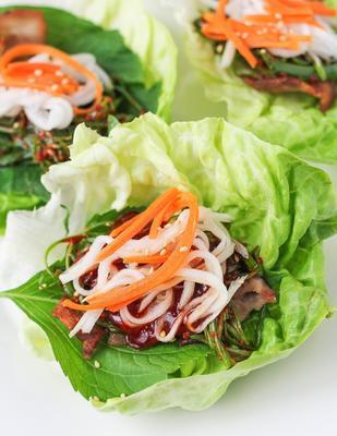 Schweinebauch Salat Wraps
