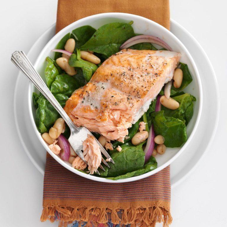 Gebratener Lachs, Spinat und weißer Bohnensalat