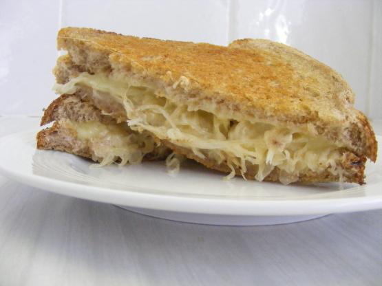Gegrilltes Käsesandwich mit Sauerkraut auf Roggenrezept