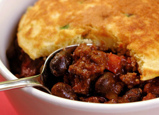 Rindfleisch und schwarze Bohnen Chili mit Frühlingszwiebel Maiskuchen