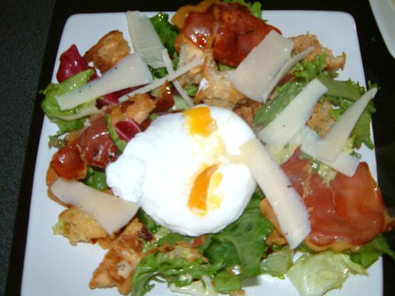 Warmer Brotsalat aus knuspriger Pancetta, Parmesan und pochiertem Ei
